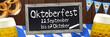 Banner Oktoberfest auf Holz mit Glas, Bretzel, Tafel und Fahne