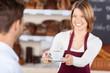 frischer kaffee in der bäckerei