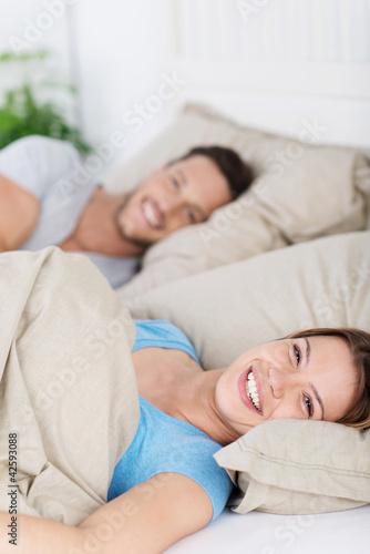 junges paar entspannt im bett