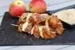 Putenspieß mit Apfel und Sesam