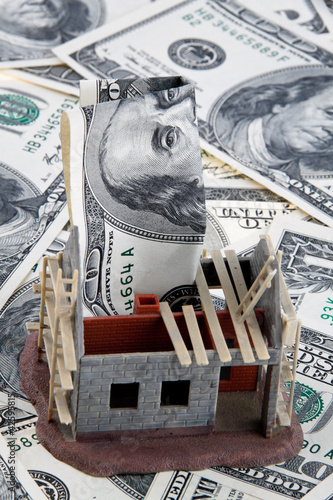 Rohbau Haus. Finanzierung mit Dollar Geldscheinen