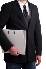 Businessmann hält weißen Aktenordner seitlich