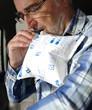homme senior soufflant dans un éthylotest