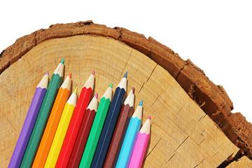 Farbstife auf Holzscheibe