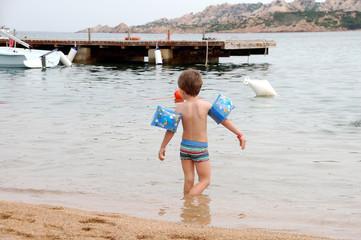 piccoli bagnanti ammirano le attività sulla spiaggia d