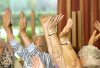 Hockergymnastik für Senioren mit den Händen
