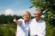Glückliches älteres Paar macht einen Spaziergang im Sommer