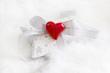 Ein Weihnachtsgeschenk mit Herz in Weiß