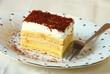 Piękne ciasto z kremem i śmietaną
