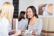 zwei freundinnen reden im café