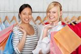zwei freundinnen beim einkauf