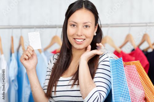 junge frau zeigt visitenkarte