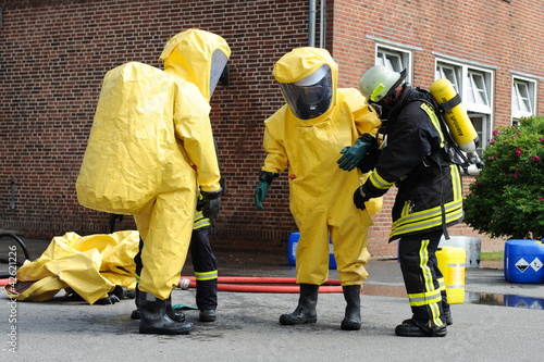 Feuerwehr in Schutzanzügen