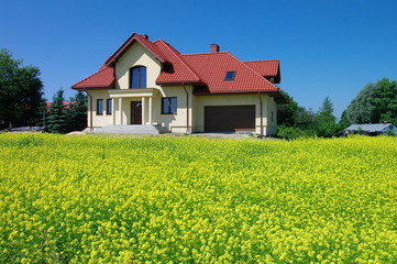 Dom w kwitnącym rzepaku