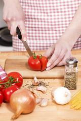 tomaten werden für spaghetti vorbereitet