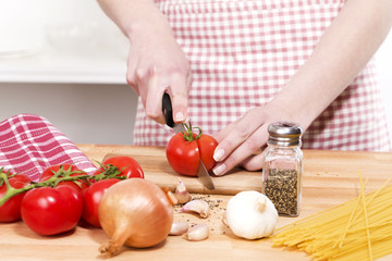 schneiden von tomaten für italienische pasta