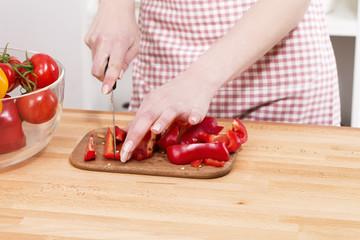 schneiden von roter paprika auf einem schneidebrett