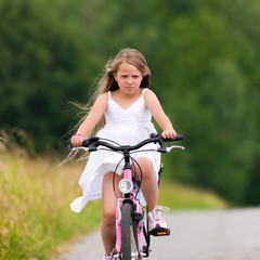 Kind fährt Fahrrad im Sommer