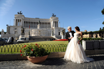 Hochzeitspaar in Rom vor Viktor Emanuel Denkmal