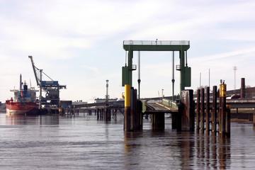 containerschiff und anleger