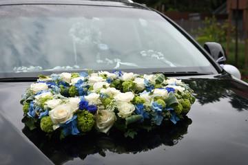 Hochzeitsblumenstrauß auf Motorhaube