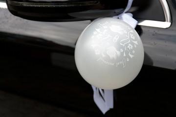 Luftballon an Autospiegel