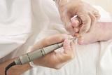 Manucure sur une femme âgée