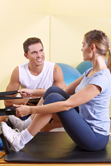 Frau trainiert im Fitnesscenter