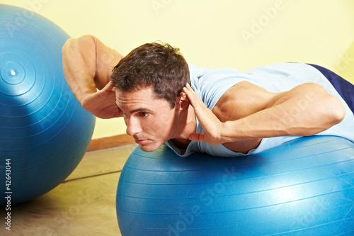 Mann trainiert auf Gymnastikball