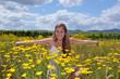 Sommer: Mädchen in Blumenwiese