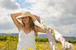Sommer-Glück: Junge Frau mit Strohhut auf Sommerwiese