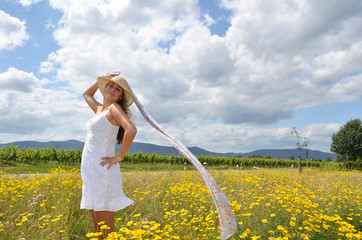 Sommer-Glück: Frau mit Strohhut und Seidenband