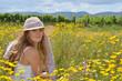 Sommer: Junge Frau mit Strohhut