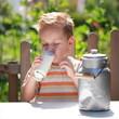 kleiner Junge trinkt frische Kuhmilch