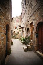 небольшой переулок в итальянской деревне