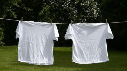 Zwei weisse Shirts