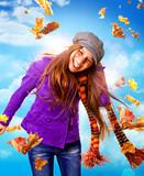 Fototapety Mädchen im Wind mit bunten Herbstblättern / active autumn 08