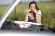 Frau schaut sich Automotor an