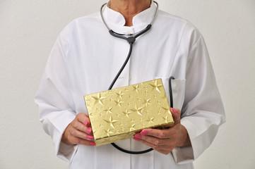 Ärztin mit Stethoskop und Geschenk