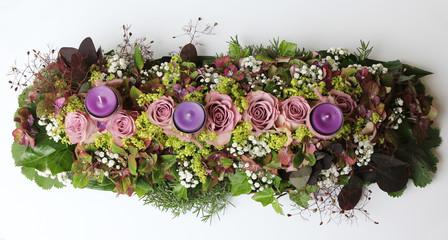 Blumengesteck mit Kerzen