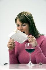 Frau leckt den Teller ab mit der Zunge