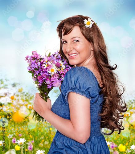 Mädchen mit Wiesenblumenstrauß - it's spring 14