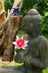 Buddha mit roter Lotusblüte