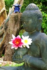 Buddha mit Lotusblüten