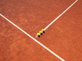 Tennisplatz Linie mit 3 Tennisbällen 34