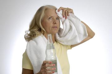 Ältere Frau mit einer Wasserflasche