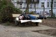 canvas print picture - Obdachloser Mann schläft auf einer Parkbank