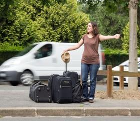 jeune femme faisant de l'auto-stop