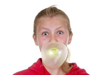 Mädchen mit Kaugummiblase