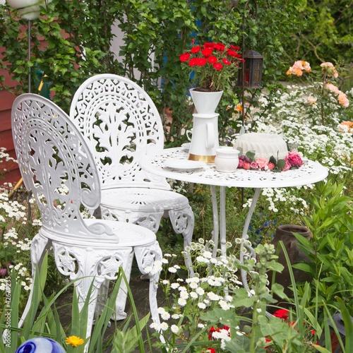 gamesageddon - weiße gartenmöbel tisch blumen - lizenzfreie fotos, Garten ideen